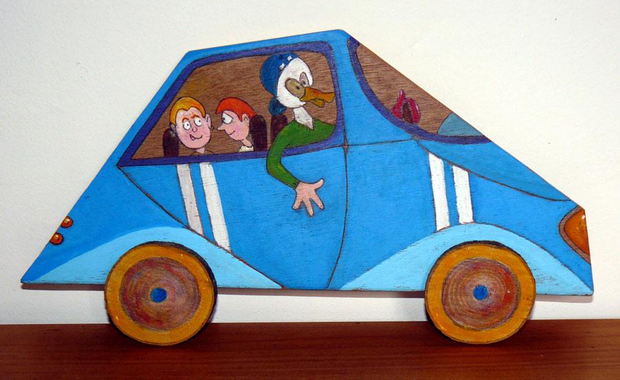 Voiture-tableau en bois de couleur bleue - A son bord personnages de type BD