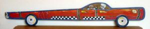 Voiture-tableau en bois de couleur orange A son bord personnages de type BD