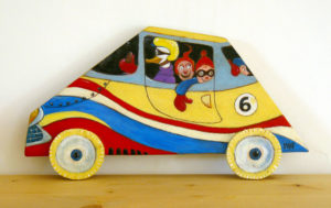 Voiture-tableau en bois de couleur jaune - A son bord personnages de type BD