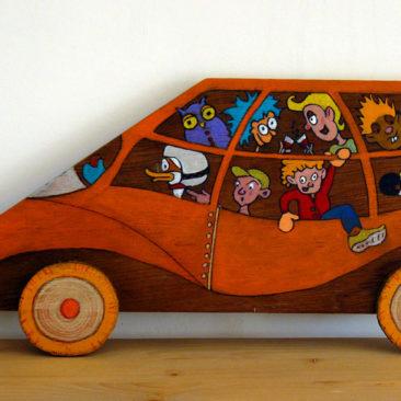 Voiture-tableau en bois de couleur orange- A son bord personnages de type BD