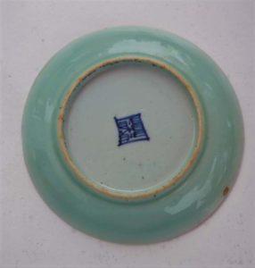 Assiette chinoise ancienne en céladon. Dessous avec tampon.