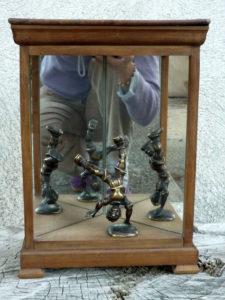 Boîte jeu de miroir et personnage en bronze