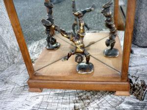 Boîte jeu de miroir et personnage en bronze détail