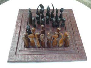 jeu d'échec africain complet avec son plateau en cuir décoré